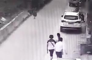 监拍女幼师遭男子从背后偷袭捅伤 知情人:系感情纠纷