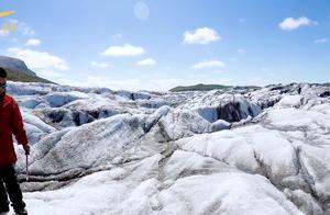 穿戴冰爪鞋进入冰川,景象十分壮观