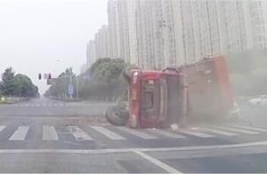 渣土车路口突然侧翻 一旁小车躲避不及惨被压瘪 致车内一乘客身亡