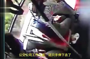 """""""必须为她维持正义!""""司机一把抱住跳窗男子,让其无处可逃"""