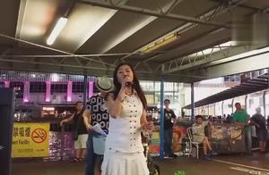 街头艺人翻唱经典粤语歌曲《海阔天空》,歌声中满满的都是回忆
