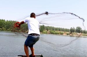 这河里鱼真多,小伙和老舅二人撒网接连爆网,一会就打了一船舱!