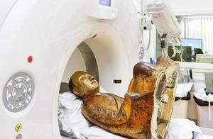 """外国专家给千年古佛像做CT,扫描后发现""""异物"""",众人傻了眼!"""