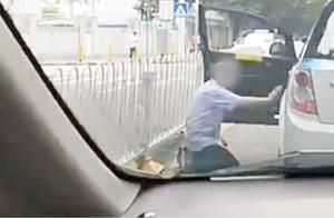 生活不易!的哥着急交班遭乘客百般刁难 司机无奈当街给男子下跪
