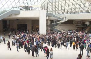 人们在卢浮宫金字塔下鼓掌一分钟 向已故建筑师贝聿铭致敬