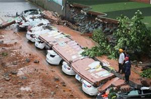 惊险!暴雨致围墙突然倒塌 11辆小车并排停放 惨被压中损坏