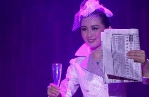 美女笑容荡漾舞台上公然玩水,水都黑了!