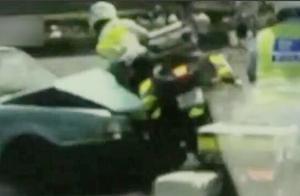 骑警为救护车开道 出租车避让不及将其撞飞