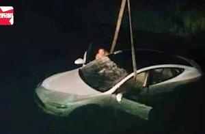 男子向窗外扔烟头被风吹回车内,60万特斯拉坠坑报废:朋友的车