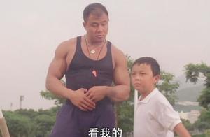 小飞侠与体育老师比标枪,老师扎下一只鸟,小飞侠竟扎来一个超人