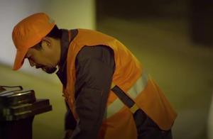 环卫工人半夜扫地,竟被刑警队长察觉猫腻:赶紧把工人给我抓咯
