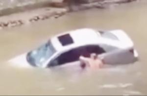 小车失控冲入河中,好心人不顾安全砸窗救人,竟反遭司机埋怨