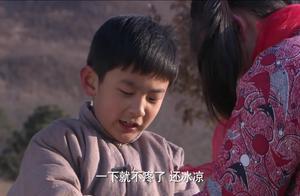男孩九岁养母不让上学,羡慕别的孩子,干活不小心把自己砍伤了