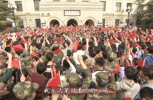 宁静大学校园突然响起军歌,大学生合唱《我和我的祖国》感动全场