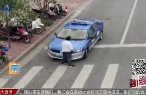南通某出租车违停 被交警的无人机拍到 司机绕圈挡车牌号