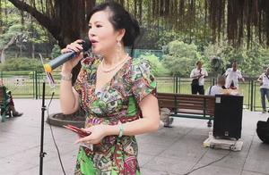 街头歌手小红演唱《半斤八两+不了情》实力派,唱的很不错