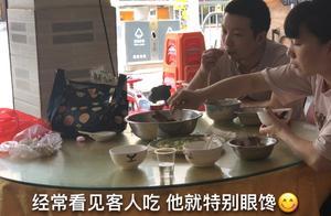 深圳打拼,花36块钱买八条鱼,煮一大盆,二娃把鱼刺都啃了,过瘾