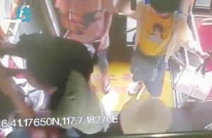 无耻!男子公交偷拍女孩裙底被捉 趁乱逃走时整车人一起围堵