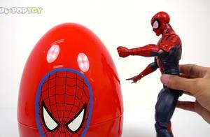 超人绿巨人打开曲奇蛋里面有好多小玩具