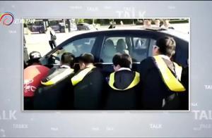 学生为了拍毕业照挺拼,看见违停小车影响拍照,直接对车子动手