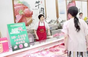 大妈去找卖肉阿姨算账,阿姨一脸懵逼,俩人拿着鱼和钢骨打了起来