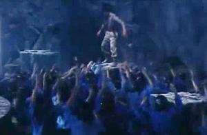遍地丧尸毫无下脚之地,成奎安直接豁出去,竟踩着人头逃生!