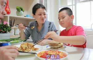 2斤海蛎子做炸蛎黄,一盘西红柿炒蛋,陪伴家人吃饭,吃啥都特香