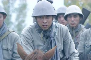 经过男子的不懈努力,终于把战马征服了,众人都佩服了!