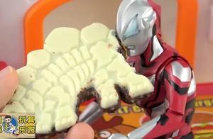 捷德奥特曼吃恐龙图案的巧克力,还有一颗蓝色奇趣蛋