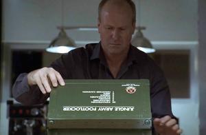 杀手完成任务后,收到了一盒玩具士兵,他却不知它们是来复仇的