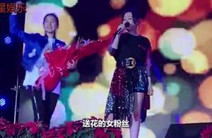 张靓颖演唱时被吓到笑场,专注唱歌的歌手才是真正的艺术家