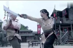女子的长刀被光头砍断,没想到她还有后招,又拿出了两把匕首