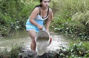农村大姐河边捕鱼,为了提供效率,在水里就真得形象都不顾了