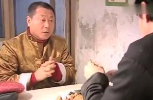 赵本山和范伟吃烧鸡,范伟直接下手撕着吃,看得我馋坏了!