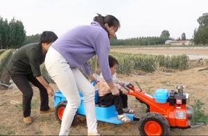 农村2岁小孩开手扶拖拉机下地干活,还得跟着2个助理,派头不小