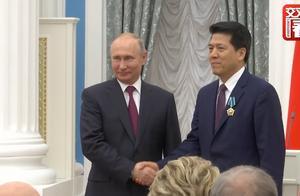俄总统普京向中国驻俄大使李辉授予友谊勋章:感谢你的贡献