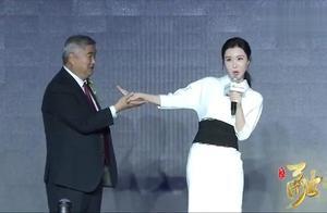 王石真的赚到了,田朴珺曾示范正确的握手方式,表现落落大方