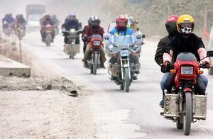 美国封锁禁令无效?边境线上数千辆摩托车运石油,伊朗却苦不堪言
