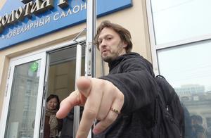 进俄商店时导游不让拍照?听闻原因我心里很不舒服,只好去喂鸽子