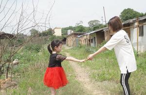 爸爸让女儿去地里干活,女儿饿昏倒梦到妈妈,可睡醒后妈妈不见了