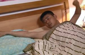 丈夫醒来发现妻子不在,不料妻子就在门外跟男人打电话,太可恨了