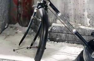 三大爷自行车被人偷去一车轱辘,这在院子里可是大事,得马上报警