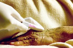 实习护士给老人打针,针头戳歪都没打进去,却把要死的老人戳活了