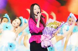 杨钰莹演唱会歌曲展播之重庆《我在春天等你》,这身造型好看到爆