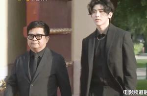 蔡徐坤一身黑西服亮相红毯,身姿挺拔气质出众获媒体欢呼!