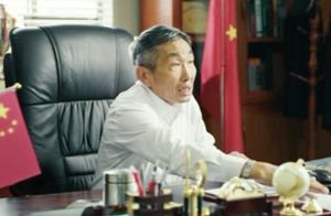 赵泰跟赵荣彪都不算大人物,当看到他背后的奖杯时,这才是大人物