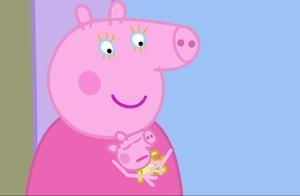 乔治假扮猪宝宝,被姐姐推着走,它很喜欢这种感觉!