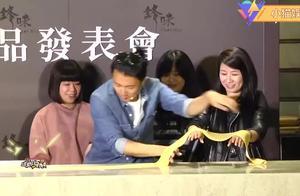 谢霆锋自曝经常给王菲下厨做饭,锋味店开业用面条剪裁。