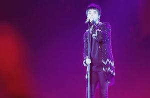 华晨宇演唱会没跟上节奏,原来是耳机坏了,索性摘掉耳机