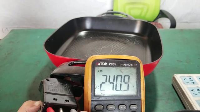 多功能电热锅不热了如何维修